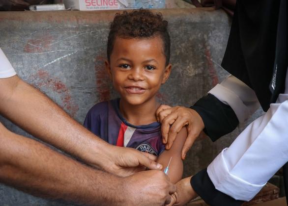 Un garçon reçoit un vaccin.