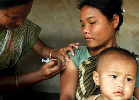 Une mère reçoit un vaccin contre le tétanos.
