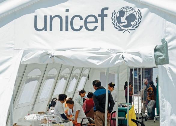 Tente médicale d'urgence et travailleurs de l'UNICEF
