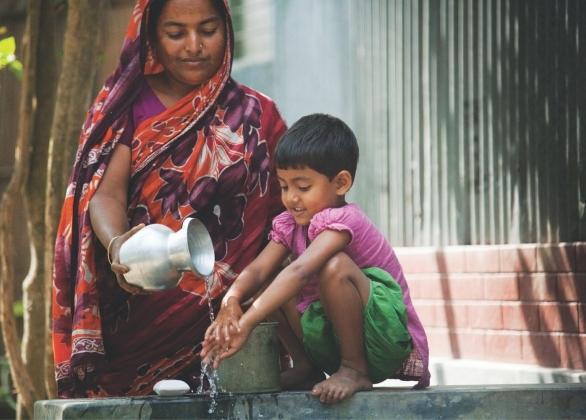 Une fille se lave les mains