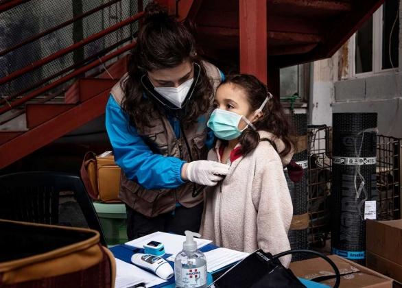 Un enfant reçoit un examen médical d'un travailleur de la santé.