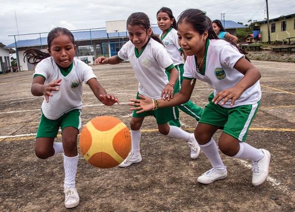 Un groupe de filles joue au soccer.